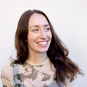 uśmiechnięta długowłosa kobieta